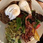 Wunderbarer Avocado-Toast mit Poached Eggs