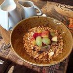 Овсяная гранола с натуральным йогуртом и свежими фруктами
