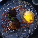 El escondite no deja de sorprender nunca: espectacular mouse de chocolate con helado de mango .