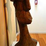 L'homme au chapeau n°57, oeuvre en bois d'Alex Kosta, chapelle Granet
