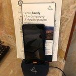 telefone celular disponível no quarto para uso gratuito em Roma