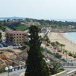 Вид на римские развалины и пляж