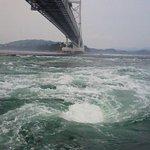 大鳴門橋下で巻く引き潮のうずしお!