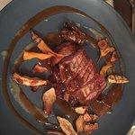Barbarie-Entenbrust auf Rotkraut mit selbstgemachten Chips und Topinambur