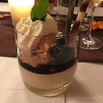 Twix-Eis mit gebrannten Mandeln und frischen Heidelbeeren