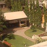 Garden Bar und Garten gegenüber Schwimmbecken