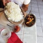 poulet ananas et portion de riz pour 2 personnes (oui c'est énorme !)