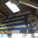 """Un mural a la entrada con la imagen de José """"Pepe"""" Mujica"""