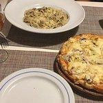 O jantar: pizza vegetariana e massa de cogumelos