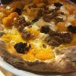 Pizza con crema di zucca, mozzarella, salsiccia, provola, 'nduja.