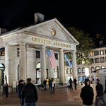 صورة فوتوغرافية لـ Faneuil Hall Marketplace