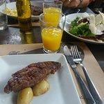 bife ancho (sim, não havia comido ainda; vem só 3 metades de batata!) e salada
