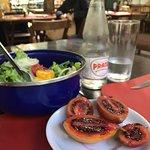 Entrada com salada e tomate de árvore