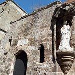 Madonna con bambino sulla facciata della cappella della lingua francese