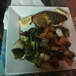 Salmon con vegetales salteados