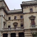 l'ex casa del Fascio è maestosa e domina il viale Cavour