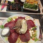 salade mountain ( pomme de terre au four ) et assiette de viandes grillées bisons , porc et bœuf