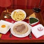 Bife à Café de São Bento, acompanha com ovo a cavalo, batata frita aos palitos e esparregado.