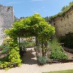 Jardin entre le donjon et les remparts.