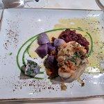 Plato de rape con patatas moradas y pimientos rojos