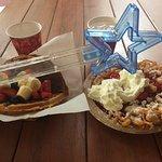 Funnel cake com calda de morango e Waffle com frutas e nutella