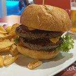 50's burger: doppio burger, cheddar, insalata, pomodoro, salsa 50's servito con patatine fritte