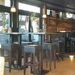 Sitzplätze auf Hockern nahe der Bar
