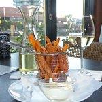 Süßkartoffel-Pommes mit Trüffelmayonnaise und Weißwein