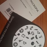 biglietto e cartoncino dei microbi
