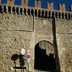 L'ingresso con le mura merlate