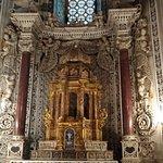 Mosaico nas paredes e no altar.