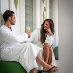 Entspannen Sie in unserer modernen Cafteria bei frischen Snacks und kühlen Getränken.
