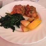 Coniglio con patate al forno, polentina e spinaci