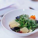 Gemischter Blattsalat mit gehobeltem Käse und Mostbröckli an Himbeervinaigrette