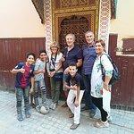 Il nostro gruppo e bambini della Casbah
