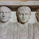 Bassorilievo sepolcrale di tre fratelli