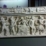 particolare rilievo di un sarcofago in pietra