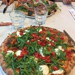 pizza bufala, pomodorini e rucola