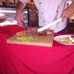 côte de boeuf angus découpée sur table par le chef