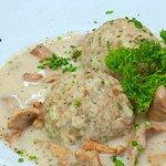 In Bayern gibt es auch etwas Vegetarisches: Semmelknödel mit Pfifferlingen