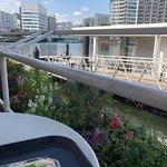 テラス席からの眺め。前に見えるのは運河です。