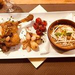 Cuisse de canard confit ,demi lunes aux cèpes gratinées, tomates confites ,ail en chemise 15€50