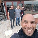 Juste devant le restaurant, avec l'équipe de O Safran
