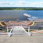 Общий вид вниз, Нижняя набережная, памятник-катер, Волга и прочая красота