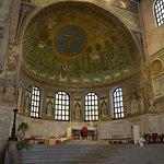 mosaico centrale ed altare