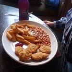 kiddies chicken nuggets, chips & beans