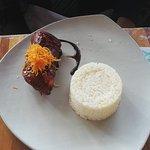Chicharrón de panceta glaseada. Cambié el puré de camote por arroz con choclo, que fue lo único