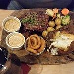250 gram Rib House steak m. bagt kartoffel, smørstegte kartofler, løgringe og pebersovs