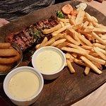 160 gram Rib House steak m. pommes frites, løgringe og bernaise