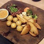 160 gram Rib House steak m. bådkartofer, smørstegte kartofler og sovs